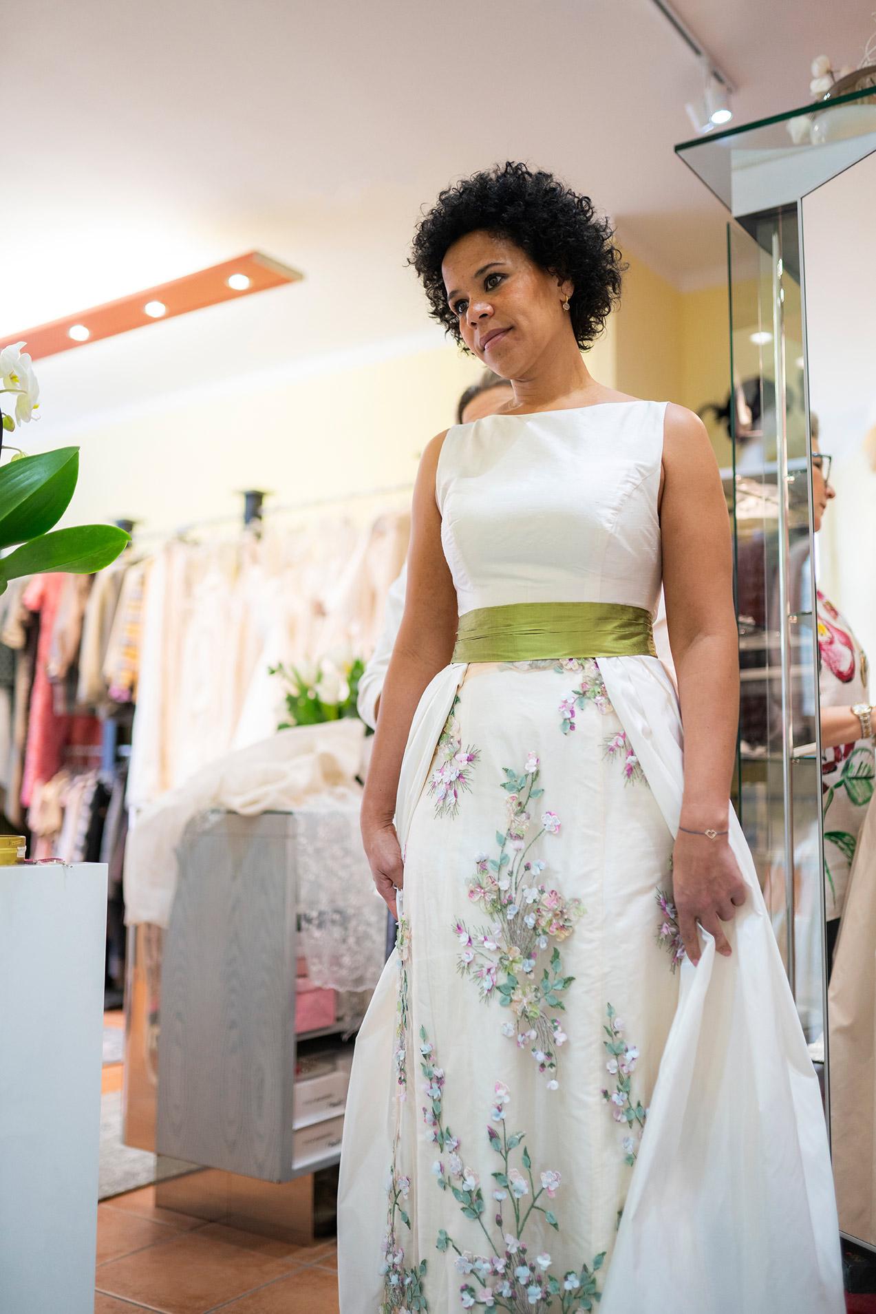 Anprobe eines Hochzeitkleides