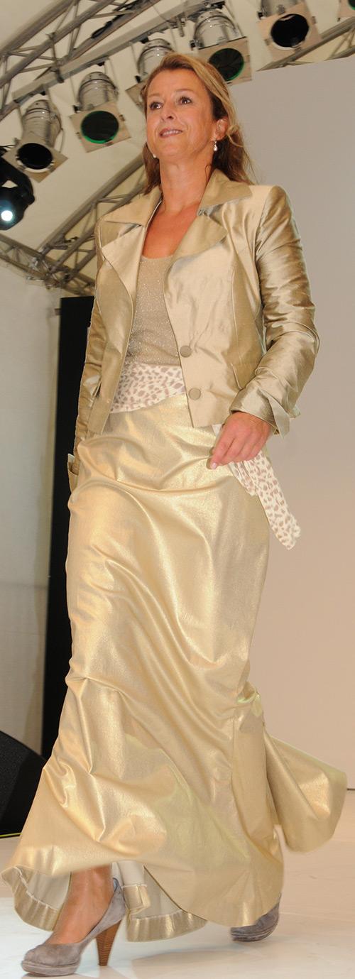 Abendmode aus goldenem Stoff passend maßgeschneidert von Sandra Wenk aus Krefeld